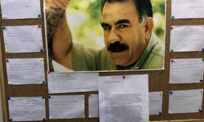 CHP'nin kankası HDP'nin Esenyurt ilçe binasının duvarlarını teröristbaşı  APO posterleri ile donatmışlar!. | | Haber, Haberler, Son Dakika Haberler